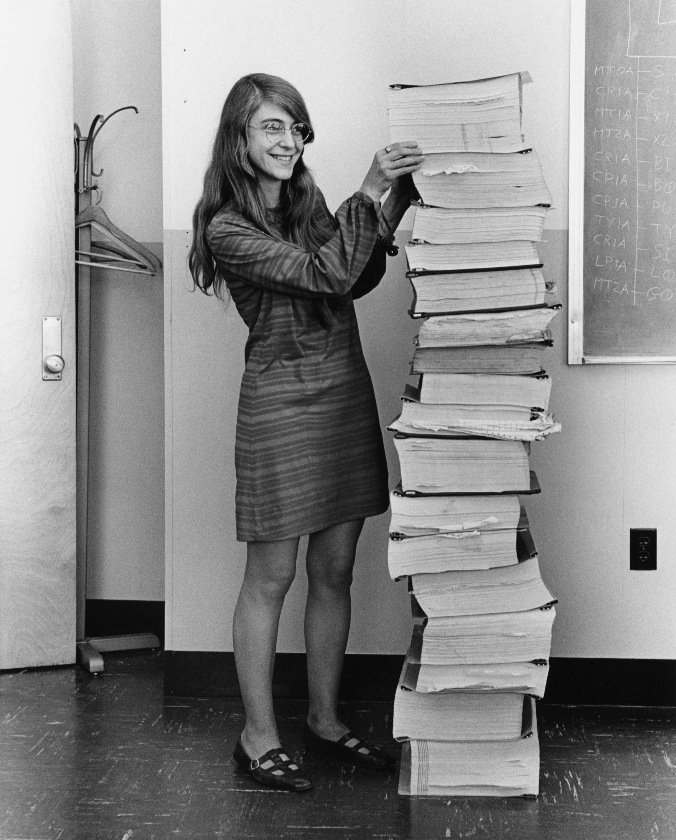 Bild Margaret Hamilton neben ihrem Code