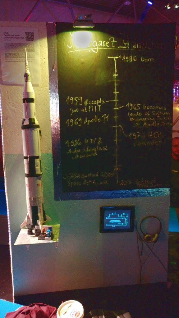Memorial Margaret Hamilton Modell eienr Rakete neben ihrer Zeitachse